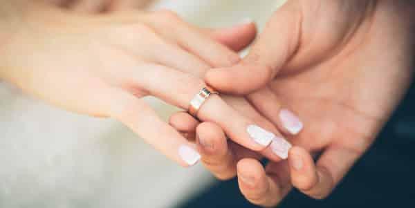 Welcher Ehering ist der richtige für uns? – So bringt ihr Licht in die bunte Vielfalt an Eheringen
